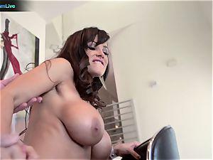 mummy superstar Lisa Ann heads for a morning hookup
