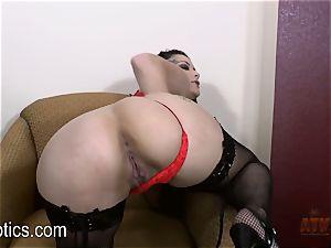 Katrina Jade luvs to fondle her succulent vagina